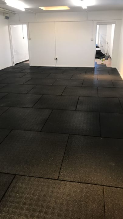 Here we have our photos of a large installation of 102 square metres of 43mm Black Fitness tiles in  #CuraFitness Banbri…